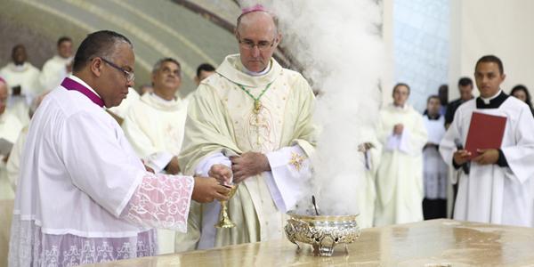 Dom João incensa o Altar após ungi-lo com o óleo do Crisma / Foto: Canção Nova