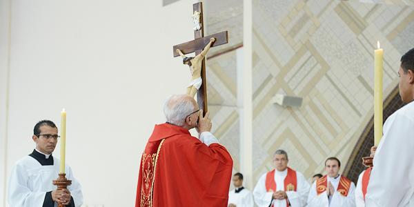 padre-jonas-preside-funcoes-da-sexta-feira-santa-no-santuario