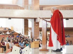 Monsenhor no Santuário amai-vos uns aos outros