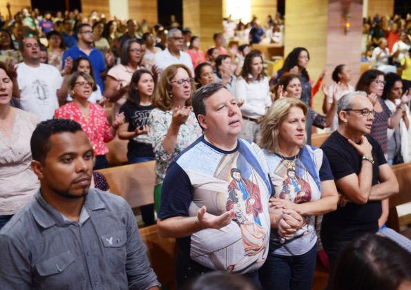 Casal Amabile e Milton Figueiredo participando da Santa Missa. Foto: Wesley Almeida