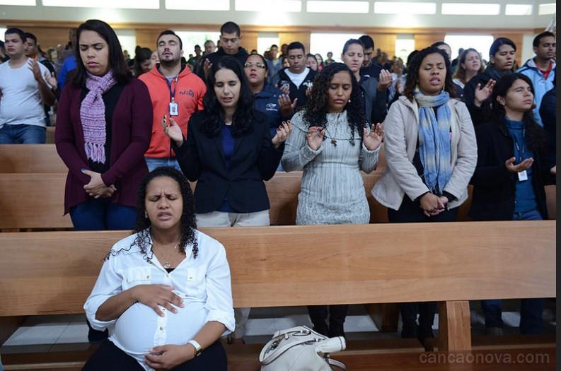 Fiéis em uma oração invocativa do Espírito Santo, no Santuário do Pai das Misericórdias