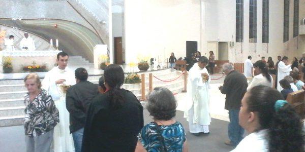 Momento da Comunhão na Santa Missa do 8º dia da Novena do Pai das Misericórdias
