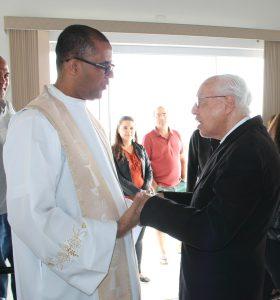 Padre Enivaldo Barbosa de Oliveira, natural da Bahia, saudando Monsenhor Jonas Abib, reitor do Santuário do Pai das Misericórdias