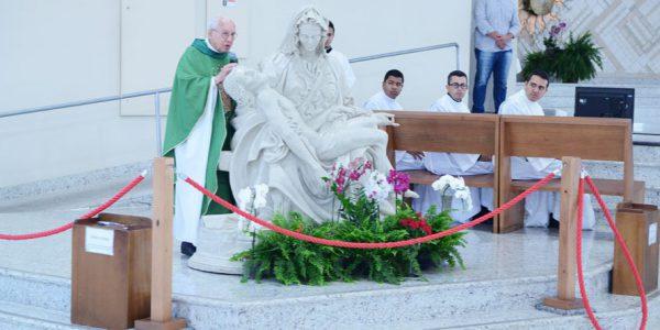 Monsenhor Jonas Abib junto da imagem de Nossa Senhor Pietá (Foto: Wesley Almeida/cancaonova.com)