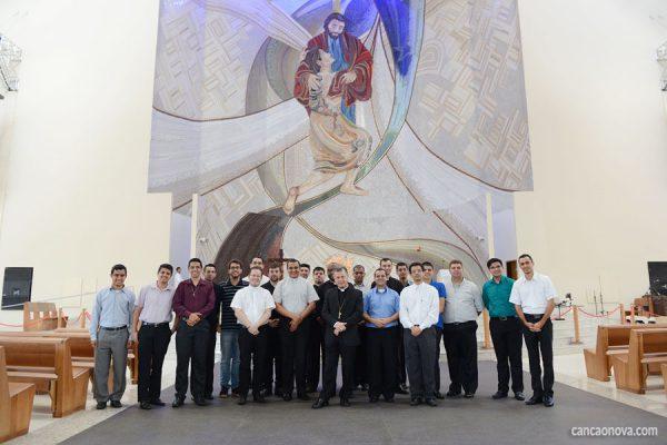 Dom Sérgio Aparecido Colombo, sacerdotes e seminaristas da diocese de Bragança Paulista