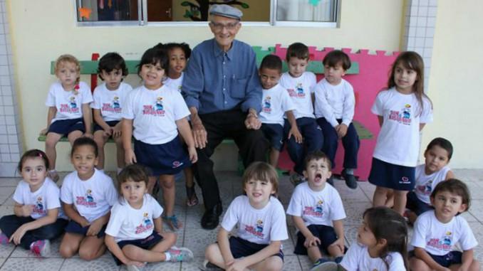 Padre Mario Bonatti com as crianças no Colégio São Joaquim de Lorena (Foto: colegiosaojoaquim.com.br)