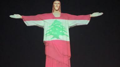 Cristo Redentor é iluminado pelas cores da bandeira do Líbano