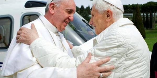 Via twitter, Francisco pede orações por Bento XVI