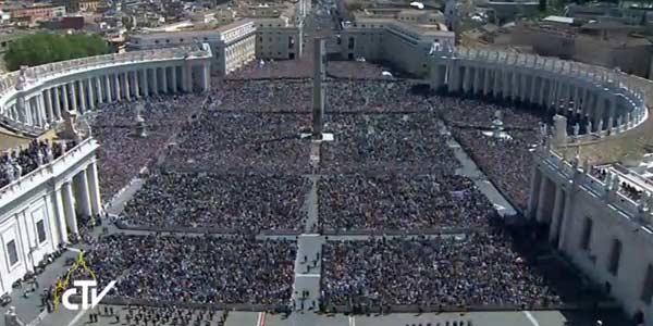 Após celebrar a Missa de Páscoa na Praça de São Pedro, no Vaticano, o Papa Francisco dirigiu-se ao balcão central da Basílica Vaticana para ler sua mensagem de Páscoa