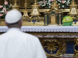 papa reza diante de nossa senhora