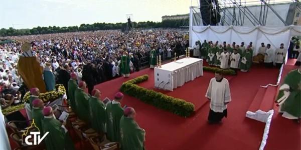 Cerca de 200 mil fiéis participam de Missa com o Papa em Caserta / Foto: Reprodução