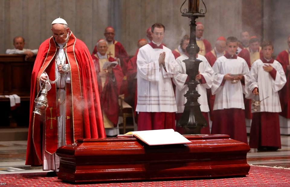 "Papa preside rito da última ""commendatio et valedictio"" nas exéquias do cardeal Marchisano / Foto: L'Osservatore Romano"