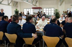 Papa Francisco junto aos trabalhadores, à mesa para um almoço / Foto: Rádio Vaticano