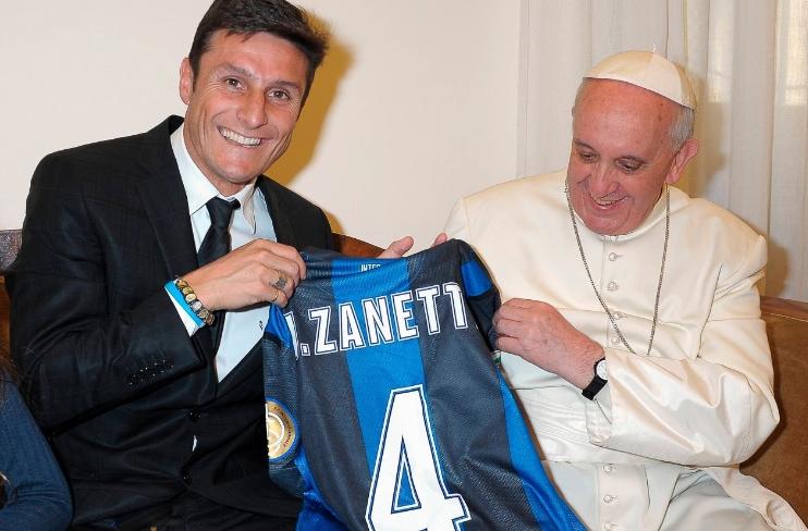Papa pede a jogador que organize partida de futebol pela paz