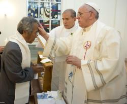 Francisco administra o sacramento do Batismo ao coreano Lee Ho Jin / Foto: Rádio Vaticano/L'Osservatore Romano