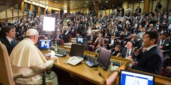 """Francisco durante encontro com dirigentes da rede """"Scholas ocurrentes"""" / Foto: L'Osservatore Romano"""