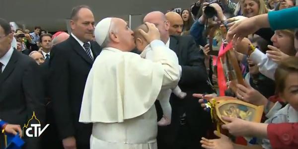 Como de costume, Francisco saudou fiéis antes do encontro; proximidade e carinho com as crianças / Foto: Reprodução CTV