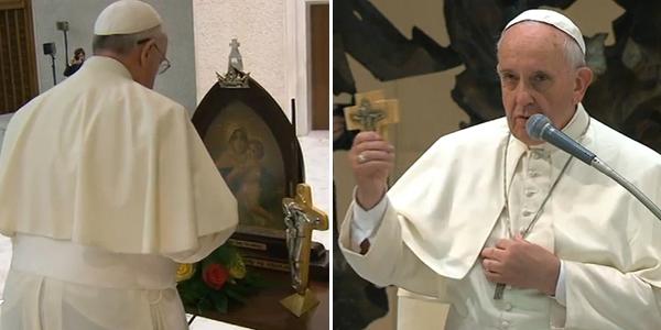 Francisco homenageia Nossa Senhora de Schoenstatt (à dir.) e concede a benção com a cruz que ganhou de presente / Foto: Reprodução CTV