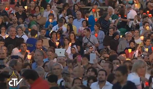 Fiéis participam, com o Papa Francisco, de vigília pelo Sínodo da Família / Foto: Reprodução CTV