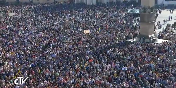 Milhares de fiéis acompanharam o Angelus deste domingo, 2, na Praça de São Pedro, no Vaticano / Foto: Reprodução CTV