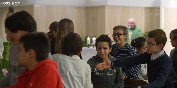 Crianças durante a saudação da paz na Missa celebrada pelo Papa / Foto: L'Osservatore Romano