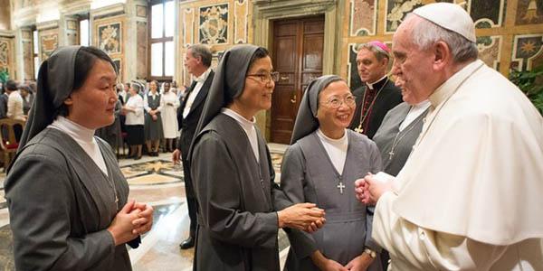 Francisco cumprimenta religiosas salesianas / Foto: L'Osservatore Romano