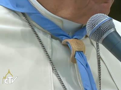 Papa recebeu de presente o lenço com o símbolo dos escoteiros / Foto: Reprodução CTV