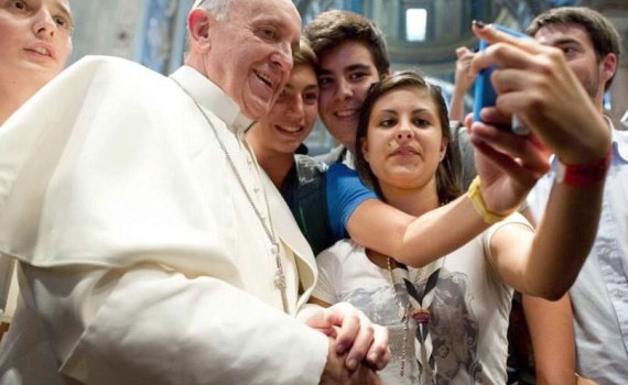 Francisco procura ser próximo à juventude; na foto, participa de selfie com jovens dentro de Igreja em Roma / Foto: L'Osservatore Romano
