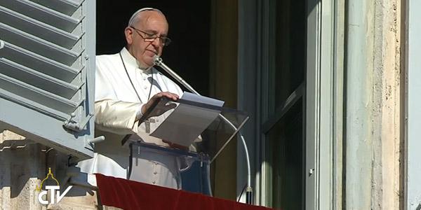 Francsico reza o Angelus pedindo que os fiéis sejam coerentes com a fé cristã / Foto: Reprodução CTV