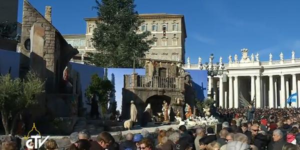 Fiéis acompanham o Angelus na Praça São Pedro, já enfeitada com a árvore de Natal e o presépio / Foto: Reprodução CTV