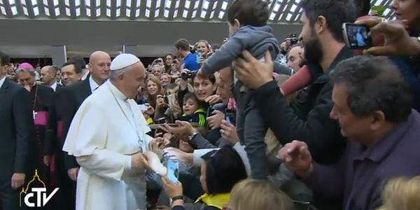 Antes da catequese, na Sala Paulo VI, Francisco cumprimenta fiéis presentes / Foto: Reprodução CTV