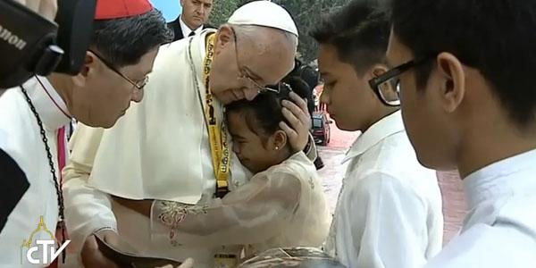 Francisco abraça menina que chorou ao dar seu testemunho no encontro de jovens em Manila / Foto: Reprodução CTV