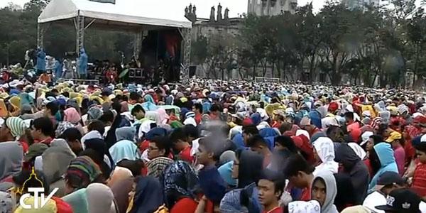 Mesmo com chuva, cerca de 30 mil jovens foram se encontrar com o Papa em Manila, capital filipina / Foto: Reprodução CTV