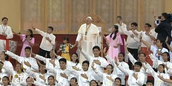 Papa se uniu aos jovens para a apresentação de um canto final / Foto: Reprodução CTV