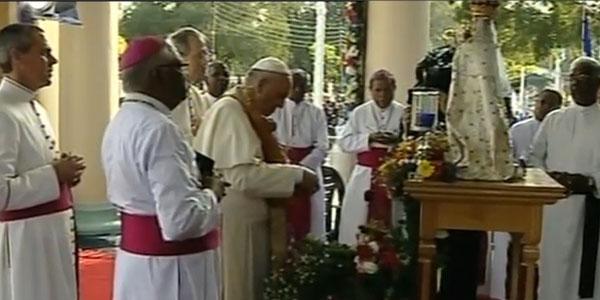 Francisco reza diante da imagem de Nossa Senhora de Madhu / Foto: Reprodução CTV