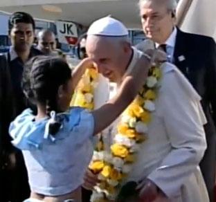 Criança entrega colar de flores para o Papa / Foto: Reprodução CTV