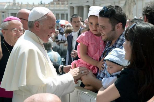 Papa saúda família na Praça São Pedro, no Vaticano / Foto: Arquivo - L'Osservatore Romano