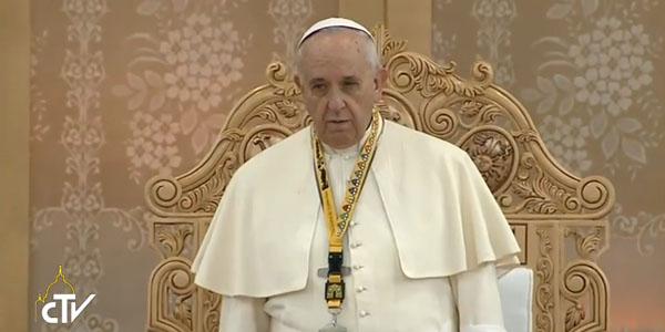 Francisco pouco antes de iniciar o encontro com os jovens; Pontífice pedi por jovem falecida ontem / Foto: Reprodução CTV