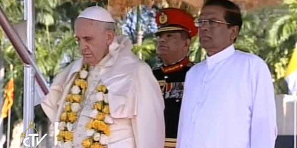 Papa Francisco ao lado do presidente do Sri Lanka / Foto: Reprodução CTV