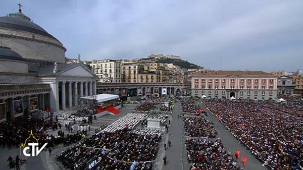 Fiéis acompanham Missa do Papa em Nápoles / Foto: Reprodução CTV