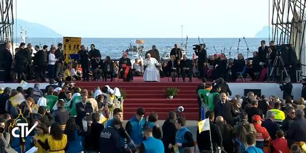 Francisco encontrou-se com jovens napolitanos antes de voltar ao Vaticano / Foto: Reprodução CTV