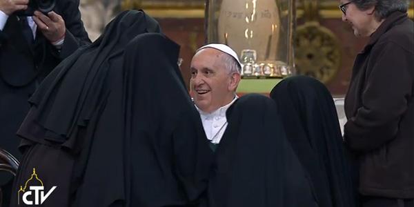 Irmãs de clausura rodeiam Francisco pouco antes de seu discurso / Foto: Reprodução CTV
