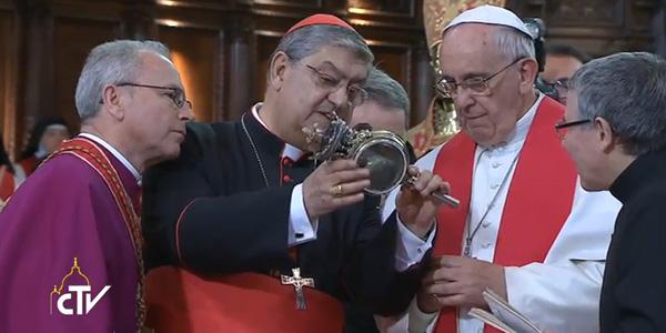 Ao final do encontro, Papa diante a relíquia de São Gennaro / Foto: Reprodução CTV