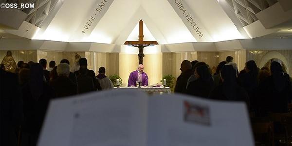 Francisco, na capela da Casa Santa Marta, celebra a Santa Missa / Foto: L'Osservatore Romano