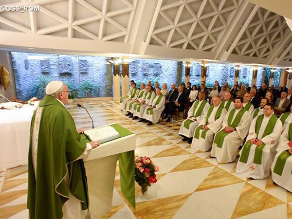 Francisco na capela da Casa Santa Marta, onde celebra as Missas diariamente / Foto: L'Osservatore Romano
