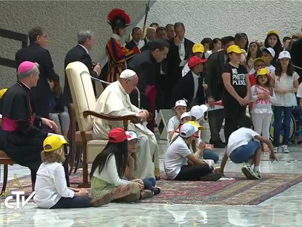 Francisco rodeado por crianças em encontro nesta segunda-feira na Sala Paulo VI / Foto: Reprodução CTV