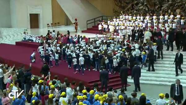 Crianças fazem festa com a chegada do Papa Francisco / Foto: Reprodução CTV