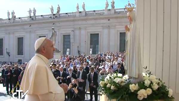 Francisco reza diante da imagem de Nossa Senhora de Fátima / Foto: Reprodução CTV