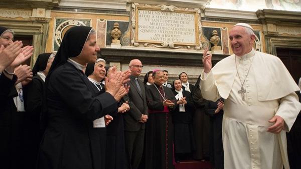 Francisco reunido com um grupo de religiosas do Oriente Médio / Foto: L'Osservatore Romano