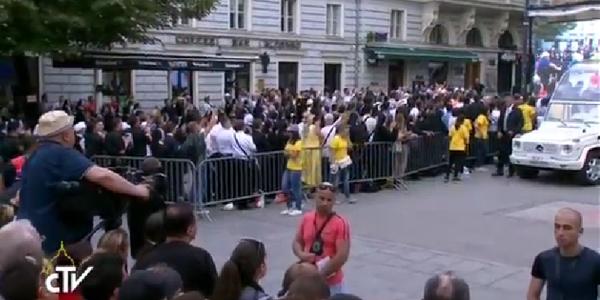 Quem não conseguiu entrar na catedral, pôde acompanhar as palavras do Papa pelo telão / Foto: Reprodução CTV